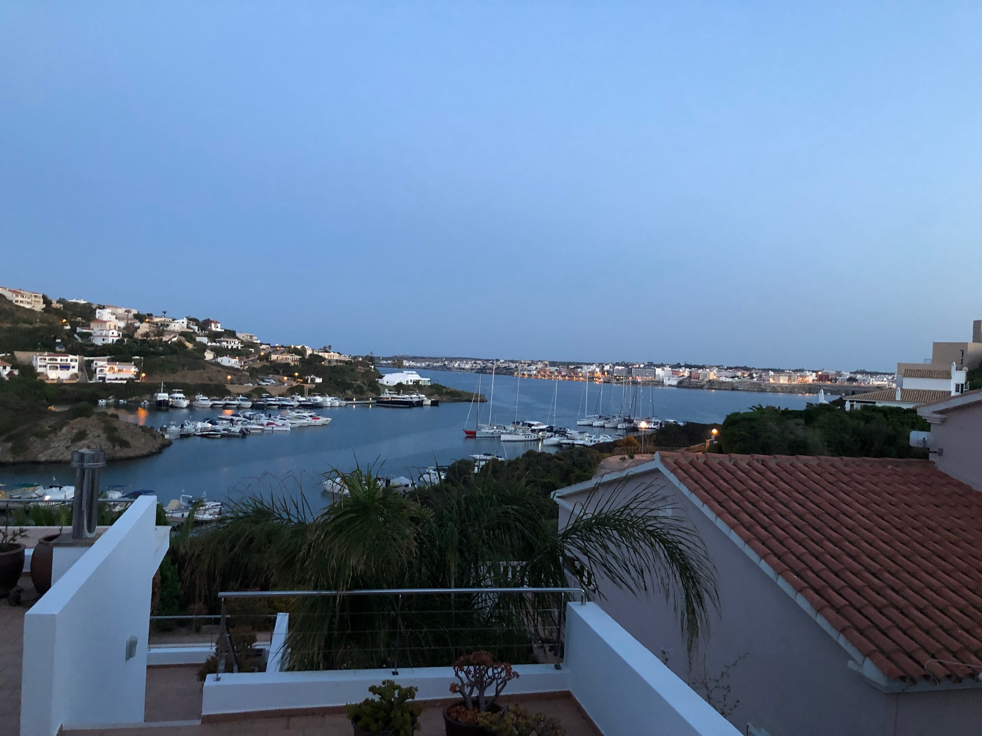 Blick von Villa Pixiie in Cala Llonga über den Hafen von Mahon. Foto: Helmut Hetzel